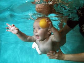 Plavání kojenců a batolat - fotografování pod vodou